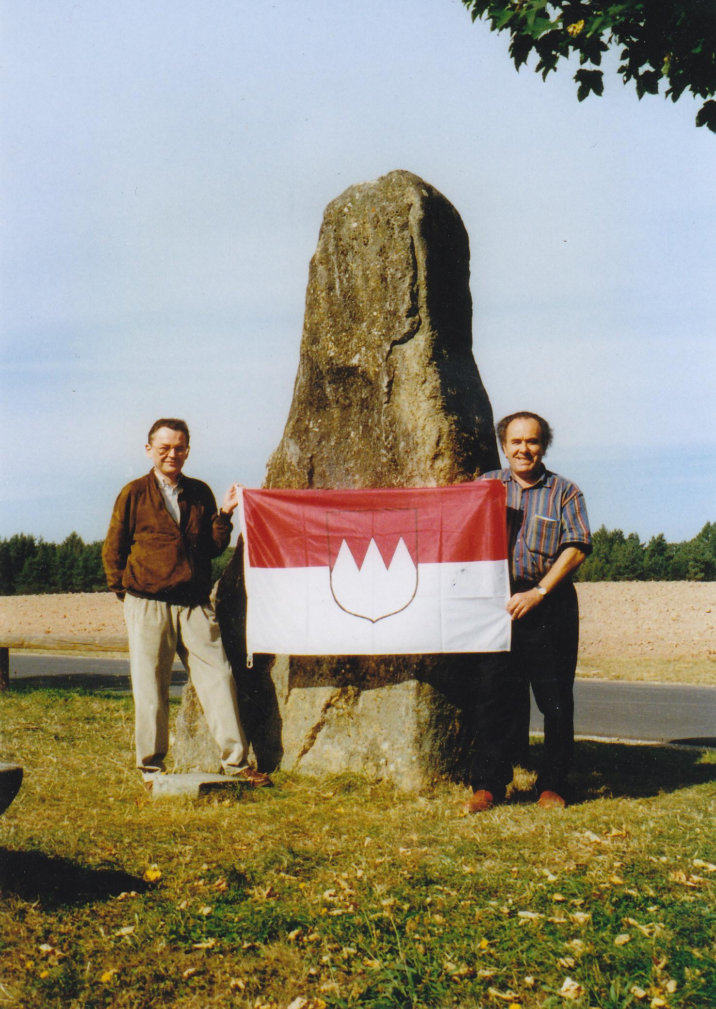 1997 5 Armin Kohlmann(li) Heribert Reusch 3 Frankenstein,dieser wurde am Schittpunkt der 3 Reg. Bezirke am 1.5.1997 aufgestellt.jpg